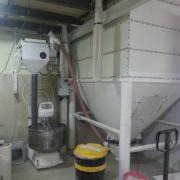 מיכל קמח בהברגה (שיטת לגו) בקיבולת של 5 טון + נפה, כולל משקל מדויק, בנוי בתוך מבנה.
